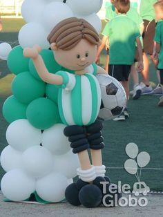 Detalle de arco de globos con temática fútbol
