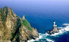 The 38 Most Haunted Abandoned Places on Earth - Aniva Rock Lighthouse, Sakhalinskaya Oblast, Russia This land originally sought after by both the Japanese and Russians is now controlled by Russia and has always been uninhabited. Disneyland, Most Haunted, Haunted Places, Abandoned Buildings, Abandoned Places, Famous Buildings, Christ Of The Abyss, Costa Leste, Discovery Island