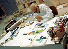 Gio Ponti al lavoro sugli oggetti da tavola per Ceramica Franco Pozzi, circa 1967. Ph. Salvatore Licitra
