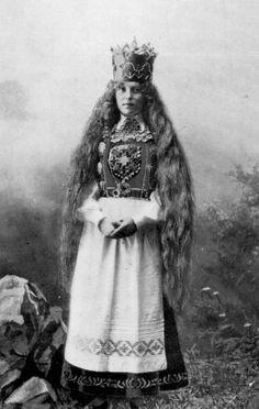 Norsk Folkemuseum Antique Photos, Vintage Photographs, Old Photos, Norwegian Clothing, Norwegian Vikings, Norway Viking, Culture Clothing, Beautiful Costumes, Bridal Crown