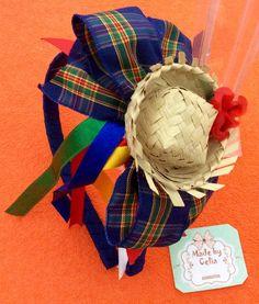 Tiara encapade de marinho com laço xadrez de marinho e vermelho,chapeuzinho com flor e fitas coloridas dependuradas