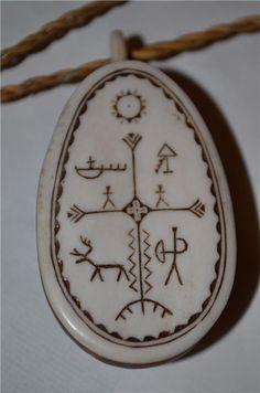 FANTASTISKT HÄNGSMYCKE TROLLTRUMMA NIKOLAUS FANKKI SAMESLÖJD SAME Ancient Tattoo, Moon Symbols, Nordic Tattoo, Bone Jewelry, Wood Carving Patterns, Scandinavian Art, Viking Jewelry, Bone Carving, Native American Art