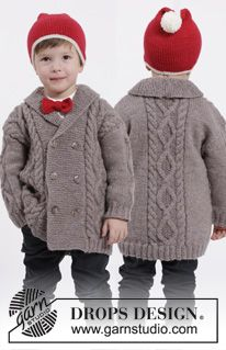 """Settet består av: Strikket DROPS jakke med fletter og sjalskrage, lue med dusk og sløyfe i """"Karisma"""". Str 3 – 12 år ~ DROPS Design"""