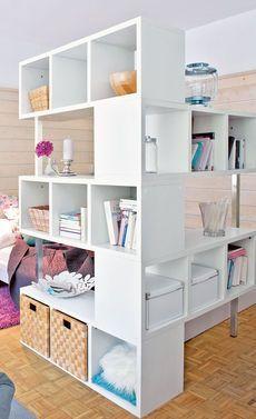 Das große Regalsystem funktioniert wie ein Raumteiler, wirkt aber nicht so mächtig wie eine eingezogene Wand – perfekt für große Räume, die eine Einteilung benötigen oder Studentenzimmer mit wenig Stauraum. Denn das Regal bietet genug Platz für Bücher, Ordner und Co.