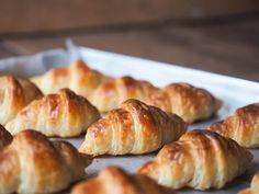 Croissant kojarzy nam się przede wszystkim z pysznym śniadaniem. Niekoniecznie francuskim. Ten rodzaj pieczywa możemy jeść na wiele sposobów. Słodki rogalik świetnie pasuje do kawy, pyszny jest z dżemem albo miodem i masłem. Francuzi nie wahają się łączyć go również ze słonymi dodatkami, np. szynką czy serem. Jak zrobić słynne rogaliki croissant? Przepis, wbrew pozorom, nie jest aż tak skomplikowany. Croissants, Pretzel Bites, Bread, Cooking, Amazing, Food, Diet, Brioche, Kitchen