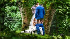 O fotografie de nuntă, făcută de un cuplu olandez proaspăt căsătorit, a stârnit amuzamentul internauţilor din întreaga lume. La prima vedere, pare că cei doi soţi n-au mai avut răbdare să ajungă pâ…