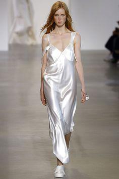 La robe lingerie blanche du défilé Calvin Klein Collection printemps-été 2016