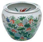 Aquário em porcelana chinesa, de formato globular, decorado em policromia de esmaltes com arranjos f...