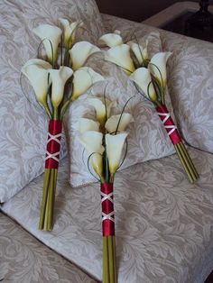 Instead of 5 flowers I do like something like this as an idea for a boutonniere but with navy instead of red