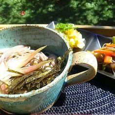 昨日の残り物のサラダとお蕎麦♪♪ お天気良いのでお庭で頂きます~♪  angieeちゃんをお呼び立てします( ˘ ³˘)♥ - 106件のもぐもぐ - ひとりLunch ♡  お蕎麦 by 0614yu