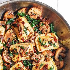 Mushroom Ravioli with Spinach - this easy meatless pasta dinner requires only 6 ingredients and 30 minutes! Mushrooms are sauteed with spinach, garlic, sun-dried tomatoes and combined with ravioli. My family loves Italian filled pasta combined Mushroom Ravioli Sauce, Cheese Sauce For Pasta, Spinach Ravioli, Cheese Ravioli, Slow Cooker Tacos, Slow Cooker Beef, Spinach Stuffed Mushrooms, Stuffed Peppers, Ham And Rice Casserole