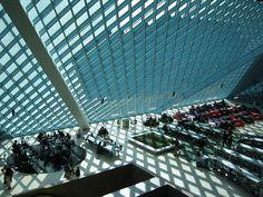 Otra biblioteca bajo cubierta de vidrio, en este caso de toda la fachada: Rem Koolhas en Seattle.  Allí llueve casi todo el año y hace frío, y los cristales son antirradiación perooooooo...  Eso sí, impresionante