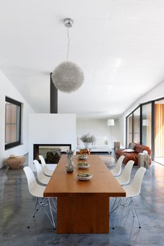 Une salle à manger design et minimaliste