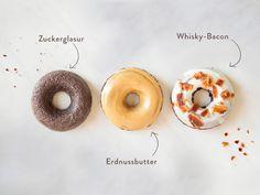Schokoladendonuts sind lecker – klar. Aber hast du dir mal überlegt, was du mit den leckeren Kringeln alles anstellen kannst, damit sie noch köstlicher werden? Wir schon! Wie wäre es z.B. mit einer Variante mit Erdnussbutter? Oder mit einer verrückten Kombination aus Whisky und Bacon? Oder doch lieber einfach klassisch mit Zuckerguss? Egal für welches Topping du dich entscheidest – es wird eine runde Sache!