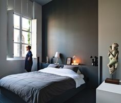 déco chambre adulte grise avec un grand lit et tableau mural ... - Grau Wei Schlafzimmer Modern