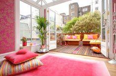 Varanda estendida. A #decoração única e o tapete comprido criam uma extensão da sala para a varanda, deixando o espaço mais amplo e arejado. Que #cores você escolheria para criar esta combinação? #home #dica