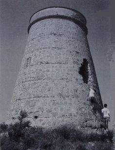 En 1990 comenzó la restauración para su posterior adaptación a faro, finalmente fue iluminado en 1992. El aljibe cercano sirvió para el servicio de los antiguos torreros que antaño tuvo esta almenara.   https://es.foursquare.com/item/54608073498eda9cedb3a3cb