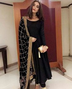 Simple dress with heavy dupatta, suits with heavy work dupatta, trendy plain suit with shawl fashion, Pakistani latest shawls dresses designs, Plain chiffon dupatta designs Pakistani Wedding Outfits, Pakistani Dresses, Indian Dresses, Indian Outfits, Indian Clothes, Salwar Designs, Blouse Designs, Simple Dresses, Casual Dresses