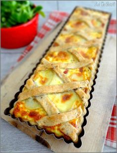 Reblochon cheese, onion and bacon tart on a broken dough with seeds and caraway - Pizza Cake, Salty Foods, Savory Tart, Creative Food, Food Inspiration, Love Food, Food And Drink, Cooking Recipes, Tart Recipes