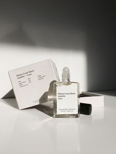Minimalist label and branding and a pretty packaging in a gender neutral and elegant style. Skincare Packaging, Perfume Packaging, Beauty Packaging, Print Packaging, Parfum Musc, Perfume Good Girl, Perfume Lady Million, Beautiful Perfume, Logo Design