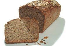 Für das Dinkelbrot in Kastenform wird ein weicher Teig mit Backpulver geknetet und anschließend gebacken. Köstlich zum Frühstück.