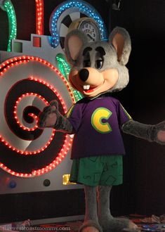 Cheese's Is Still Doing Birthdays Right Showbiz Pizza, Big Blue House, 1990s Kids, William Afton, Country Bears, Roller Rink, Chuck E Cheese, Fast Food Restaurant, Logo Food