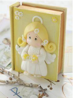 Cajita para #comunión Hermosa cajita imitación misal. Para los chicos, con detalle del angelito en porcelana fria. podes seguir el paso a paso comprando el patron en www.eviadigital.com