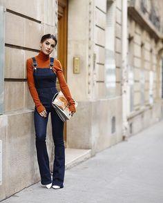 A bit of a 70's vibe! Wearing denim overalls with a neutral turtle neck! Love this combo!!! 💛 #pfw -------- Uma vibe dos anos 70! Amo cada dia a tendência do macacão - seja longo ou curto, alfaiataria ou jeans! Para mais um dia de #PFW combinei esse no modelo flare, em jeans, com uma malha de gola alta, em tom terroso que amo! 💛 #fhitsparis @fhits