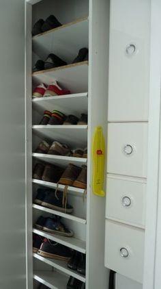Prévoir un grand placard à chaussures Shoe Shelves, Shoe Storage, Shelving, Diy Placards, Diy Organisation, Master Closet, Shoe Closet, Mudroom, Ideas