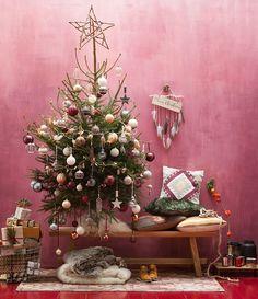 We love boho for christmas! Doe ons maar zo'n boom vol gehaakte kerstballen, veertjes en houten decoratie. #kerstboom #ballen #decoratie #kerst #diy #bohemian #bohemien #interieur