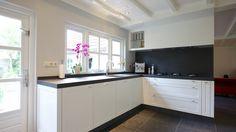Keuken: doorloop kleine plint onder vensterbank - plaatsing wandcontactdozen - achterwand en werkblad van Ceramistone...