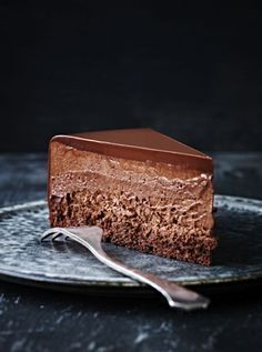 Mousse Cake Chocolate Mouuse Cake with Chocolate Ganache. Note - Make only one layer of cake and top with mousse and ganache.Chocolate Mouuse Cake with Chocolate Ganache. Note - Make only one layer of cake and top with mousse and ganache. Just Desserts, Delicious Desserts, Dessert Recipes, Dessert Food, Paleo Dessert, Chocolate Recipes, Cake Chocolate, Chocolate Mousse Cheesecake, Chocolate Mousse Recipe