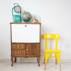 Antigua silla escolar restaurada en amarillo | Antic&Chic