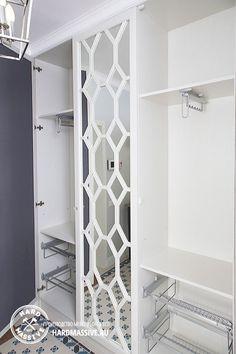 Шкаф в прихожую из массива в стиле современной классики