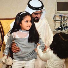 Mohammed bin Rashid bin Saeed Al Maktoum con sus nietas, Aisha y Fátima bint Mohammed bin Hamad Al Sharqi, 25/12/2015. Vía: latifa.mrm