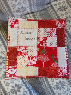 FREE tutorial for a mug rug mini quilt for santa ! genius ! and made from scrap charms with cheater quilt binding !