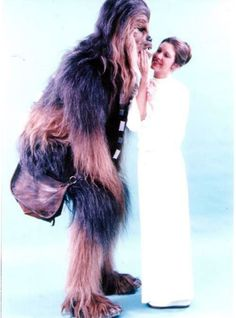 Peter Mayhew and Carrie Fisher - Chewbacca and Princess Leia. Chewbacca, Peter Mayhew, Star Wars Love, Star Wars Art, Star Trek, Carrie Fisher, Frances Fisher, Luke Skywalker, Star Wars Characters