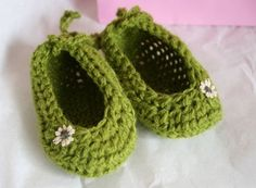 Love the little flower on these. But I think they need a strap otherwise they would NEVER stay on.