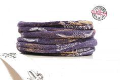 Armband Stoff lila, leicht meliert mit Print-Effekten in weiss & metallic gold, Wickelarmband für Frauen