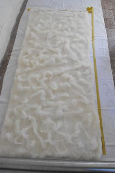 How to make large pieces of felt  laying out the  carded wool