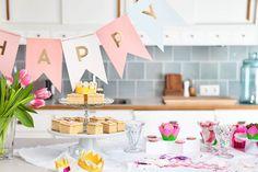 Keijujuhlien värimaailma huokuu hempeänä pinkin eri sävyissä – unohtamatta tietenkään kultaisia ja hopeisia kimalteita.