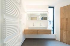 Maatwerk eiken Badmeubel type Elzas - Houtmerk.nl - Massieve houten bladen en panelen in elke afmeting! Bathroom Plans, Bathroom Renos, Bathroom, Lighted Bathroom Mirror, Furniture, Home, Mirror, Bathroom Mirror, Home Decor
