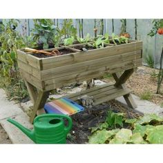 Eén vierkante meter, meer heb je niet nodig om je eigen groenten te kweken. Een afgedankte zandbak, een vergeten stukje siertuin, een streepje gazon of simpelweg een hoek van je terras of balkon: voor een vierkante meterbak vind je altijd wel een plekje.