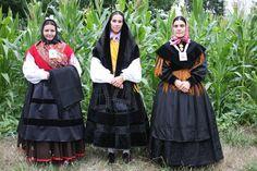 La mujer del centro viste uno de los trajes antiguos que conserva la asociación cultural.
