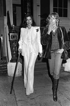 look Bianca Jagger in YSLs insanely chic white Le Smoking, with French model Nathalie Delon. Bianca Jagger, Mick Jagger, Moda Fashion, 70s Fashion, Fashion History, Vintage Fashion, Vogue Fashion, Suit Fashion, Style Fashion