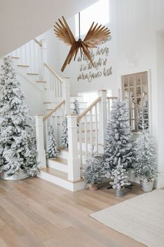 Scandinavian Christmas Decorations, Decoration Christmas, Farmhouse Christmas Decor, Holiday Decor, Christmas Entryway, Christmas Staircase Decor, Christmas Living Rooms, Seasonal Decor, Silver Christmas