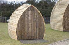 Cerca de Edingburgo, y protegido en estas tiendas de campaña de madera, puedes disfrutar del maravilloso tiempo escocés sin preocuparte de la lluvia, protegido dentro de estas tiendas de madera o cabañas Kocoon. Además de camas disponen de una cafetera para poder disfrutar de un café o té calentito.