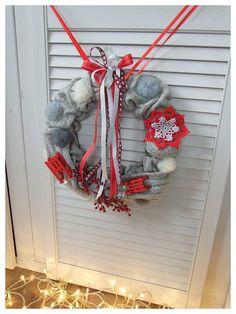 A może szarość i czerwień z pomponikami :) Wianek na drzwi z saneczkami