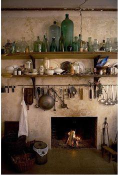 Simular cocina antigua. Hermosa la barra bajo las repisas.