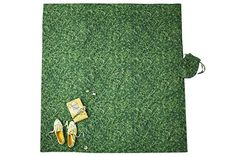How awesome is this Kate Spade picnic blanket! Designed to look just like grass (but it's only fabric).